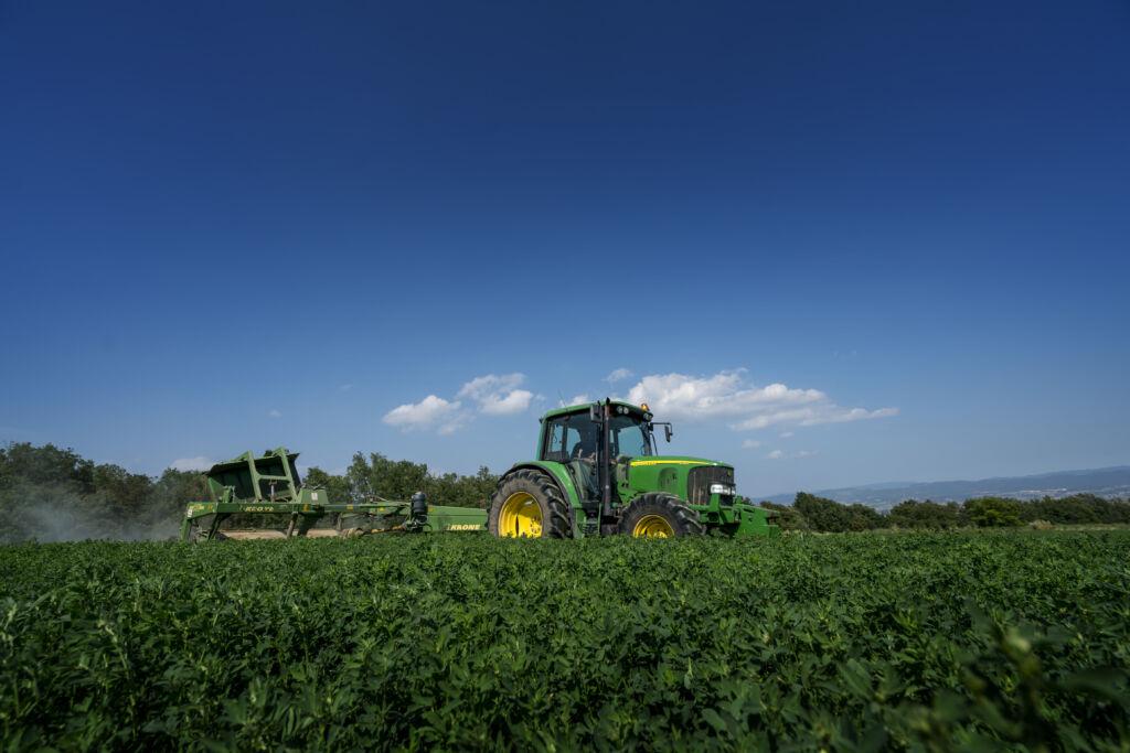 fetaosona - granja comas - Treballant la granja